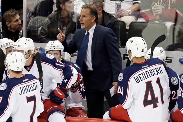Na snímke nový tréner Columbusu John Tortorella dáva pokyny svojim zverencom počas oddychového času v zápase zámorskej hokejovej NHL  Minnesota Wild - Columbus Blue v St. Paul