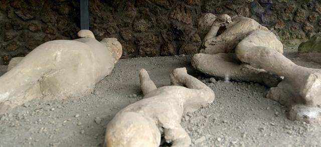Na snímke sadrové odliatky obetí ľudí, ktorí zahynuli po erupcii sopky Vezuv, ktorá pokryla v roku 79 n. l. mesto Pompeje šesťmetrovou vrstvou vulkanického popola. Pozostatky mesta každoročne navštívi asi 2,5 milióna turistov