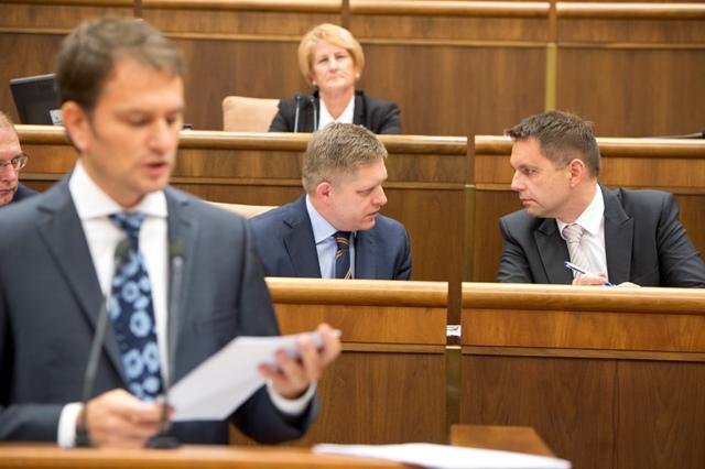 Na snímke v popredí poslanec NRSR Igor Matovič (OĽaNO), vpravo v pozadí minister financií SR Peter Kažimír a druhý sprava predseda vlády SR Robert Fico