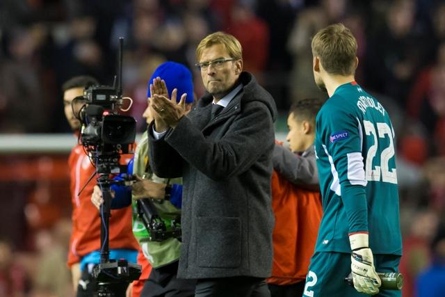 Na snímke tréner Liverpoolu Jürgen Klopp tlieska svojim zverencom po remíze 1:1 v zápase B - skupiny Európskej ligy FC Liverpool - Rubin Kazaň v Liverpoole