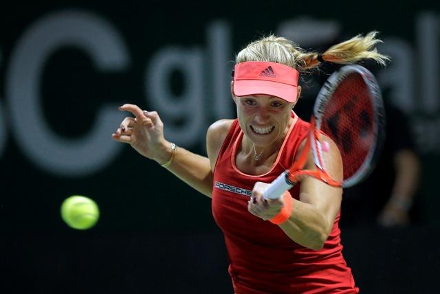 Na snímke nemecká tenistka Angelique Kerberová počas zápasu bielej skupiny proti Češke Petre Kvitovej na MS WTA Tour v Singapure
