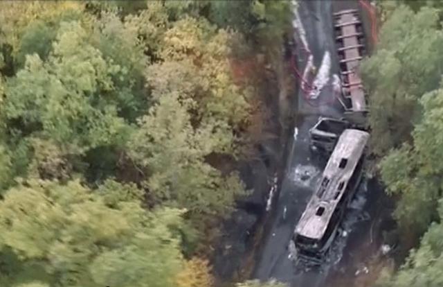 Na leteckej videosnímke pohľad na miesto nehody autobusu s kamiónom pri francúzskej obci Puisseguin