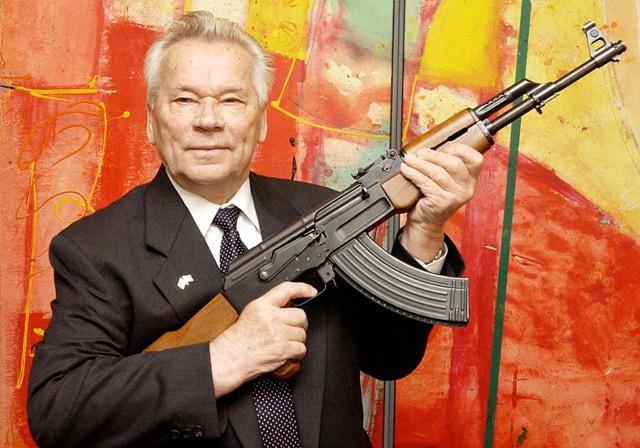 Na snímke vynálezca samopalu AK-47 Michail Kalašnikov predstavuje svoj slávny samopal