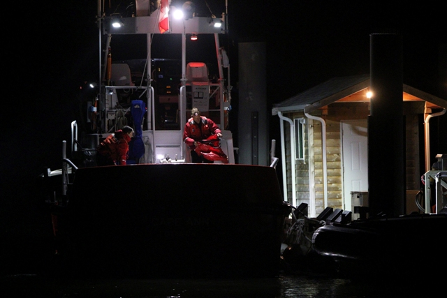 Príslušníci kanadskej pobrežnej stráže prichádzajú na člne na lodenicu v meste Tofino pri Vancouveri, na západnom pobreží Kanady