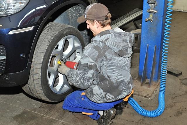 Na snímke údržba a výmena letných pneumatík za zimné v pneuservise v Žiline
