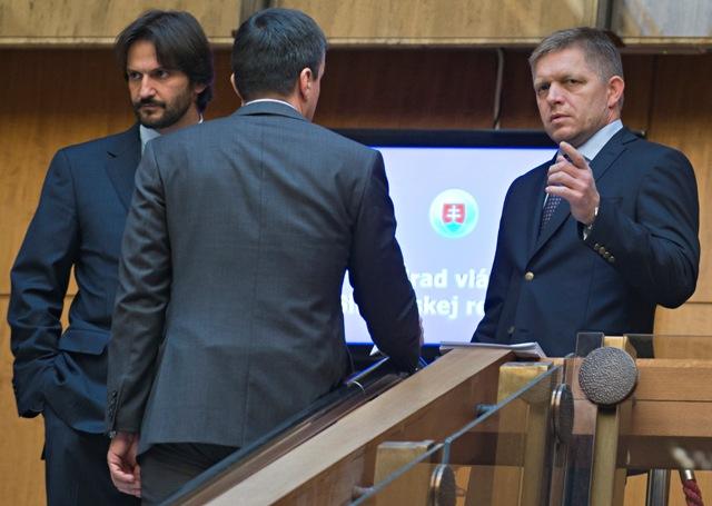 Na snímke vpravo premiér SR Robert Fico a vľavo minister vnútra SR Robert Kaliňák