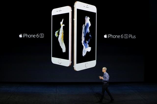Na snímke riaditeľ firmy Apple Tim Cook pri predstavovaní nového telefónu iPhone 6S a väčší 6S+, ktorý má byť najpokrokovejší smartfón na svete