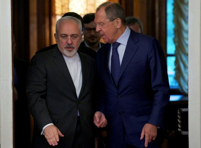 Na snímke ruský minister zahraničných vecí Sergej Lavrov (vpravo) s iránskym ministrom zahraničných vecí Mohammadom Džavádom Zarífom