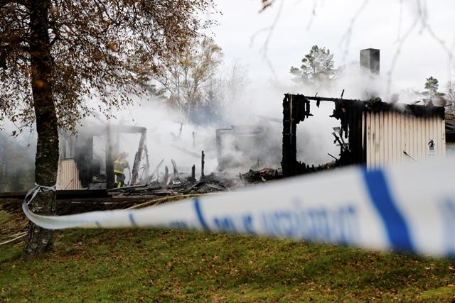 Hasič hasí požiar, ktorý vypukol v ubytovacom zariadení pre žiadateľov o azyl  v skorých ranných hodinách v utorok 20. októbra 2015 v pobrežnej oblasti Munkedal v juhozápadnej časti Švédska
