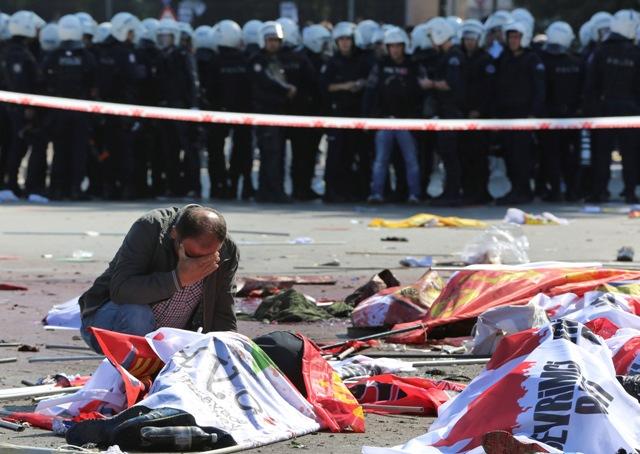 Na snímke muž narieka nad telom obete na mieste výbuchu 10. októbra 2015 v Ankare