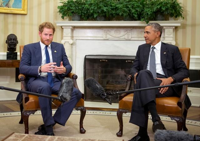 Na snímke americký prezident Barack Obama (vpravo) a britský princ Harry počas stretnutia vo Washingtone