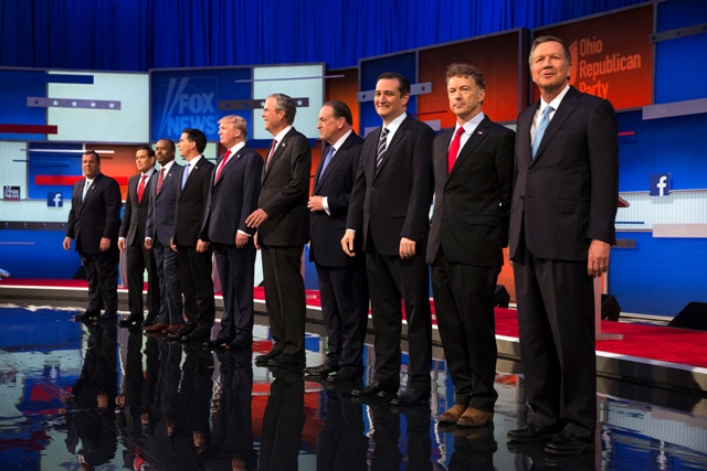 Republikánski prezidenstkí kandidáti, zľava Chris Christie, Marco Rubio, Ben Carson, Scott Walker, Donald Trump, Jeb Bush, Mike Huckabee, Ted Cruz, Rand Paul a John Kasich stoja na pódiu počas prvej veľkej debaty, ktorú vysielala televízia Fox News