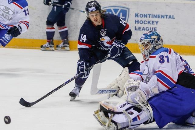 Na snímke zľava Žiga Jeglič (Slovan) a brankár Edgars Masalskis (Lada) v zápase hokejovej KHL HC Slovan Bratislava - Lada Togliatti