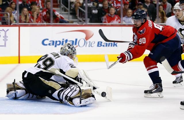 Na snímke brankár Marc-Andre Fleury z Pittsburghu Penguins zastavuje strelu Marcusa Johanssona z Washingtonu Capitals v zápase zámorskej NHL