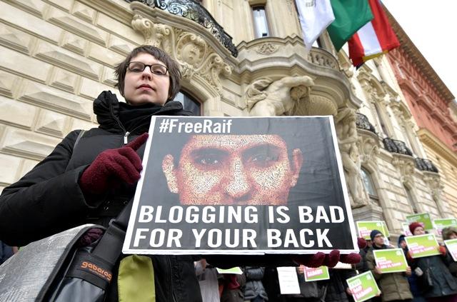 Na archívnej snímke zo 6. februára 2015 členovia rakúskej Strany zelených sa účastnia protestu proti zadržaniu saudskoarabského blogera a obhajcu ľudských práv Raífa Badawího vo Viedni