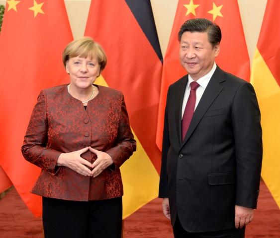 Na snímke čínsky prezident Si Ťin-pching a nemecká kancelárka Angela Merkelová