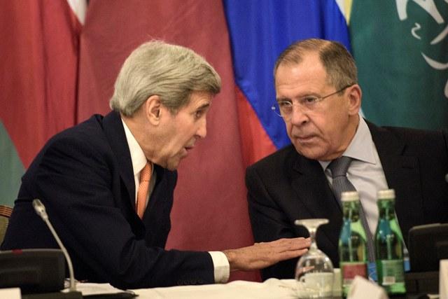 Na snímke šéf americkej diplomacie John Kerry a jeho ruský rezortný kolega Sergej Lavrov diskutujú pred začiatkom nového kola medzinárodných rokovaní o vojne v Sýrii vo Viedni