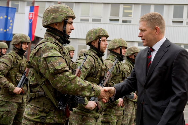 Predseda vlády SR Robert Fico (vpravo) a minister obrany SR Martin Glváč sa zúčastnili na nástupe vyčlenenej jednotky pred jej vyslaním na vojenské cvičenie Balaton 2015,  ktoré sa uskutočňuje v Maďarsku v rámci aktivít zameraných na riešenie migračnej krízy