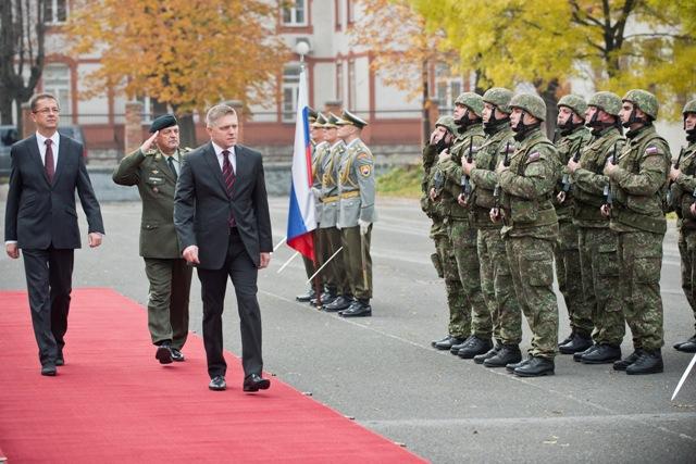 Predseda vlády SR Robert Fico (tretí zľava) a minister obrany SR Martin Glváč (vľavo) sa zúčastnili na nástupe vyčlenenej jednotky pred jej vyslaním na vojenské cvičenie Balaton 2015,  ktoré sa uskutočňuje v Maďarsku v rámci aktivít zameraných na riešenie migračnej krízy