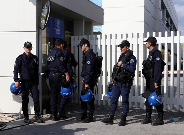 Turecká polícia vtrhla v stredu 28. októbra - niekoľko dní pred predčasnými parlamentnými voľbami - do kancelárií opozičnej mediálnej spoločnosti. Razia je súčasťou tvrdých zásahov proti spoločnostiam napojeným na duchovného Fetullaha Gülena, pôsobiaceho v USA, ktorý je nepriateľom prezidenta Recepa Tayyipa Erdogana