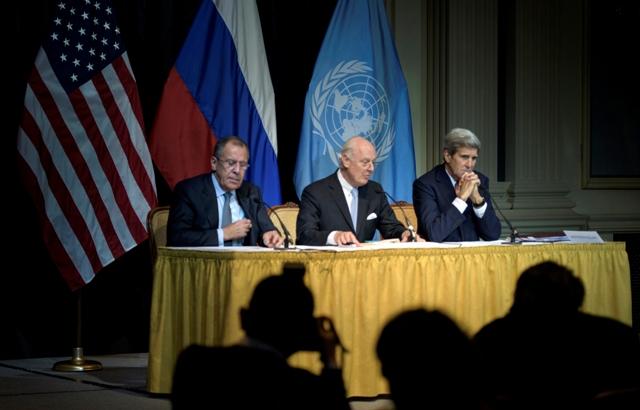 Na snímke zľava ruský minister zahraničia Sergej Lavrov, splnomocnenec OSN pre Sýriu Staffan de Mistura a americký minister zahraničných vecí John Kerry počas tlačovej konferencie po skončení medzinárodných rozhovorov o urovnaní štyri a pol roka trvajúceho sýrskeho konfliktu vo Viedni
