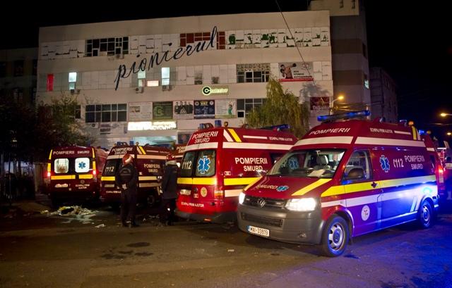Sanitky sú pred nočným klubom  Colectiv v centre trojmiliónovej Bukurešti, v ktorom vypukol požiar v piatok večer