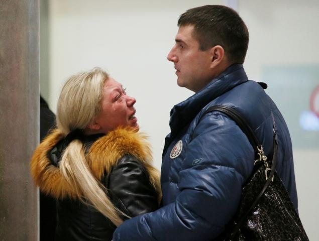 Príbuzní sa zhromaždujú pri informačnom centre leteckej spoločnosti Kogalymavia na letisku Pulkovo v Petrohrade po havárii ruského lietadla Airbus A321, ktoré sa  zrútilo v centrálnej časti egyptského Sinajského polostrova