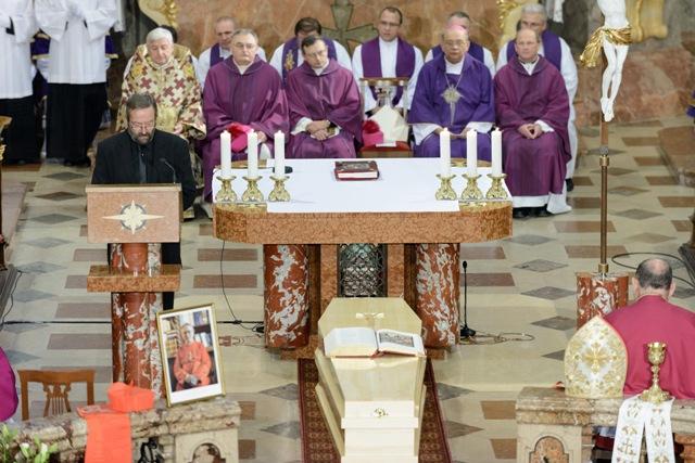 Na snímke rakva s pozostatkami zosnulého kardinála Jána Chryzostoma Korca je vystavená pred oltárom počas svätej omše, ktorej predsedal krakovský arcibiskup kardinál Stanisław Dziwisz v Katedrálnej Baziliky svätého Emeráma na Nitrianskom hrade