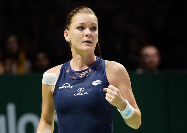 Na snímke poľská tenistka Agnieszka Radwaňská sa teší po víťaznej výmene proti Španielke Garbine Muguruzovej Blancovej v semifinále koncoročného singlového šampionátu MS WTA Tour v Singapure