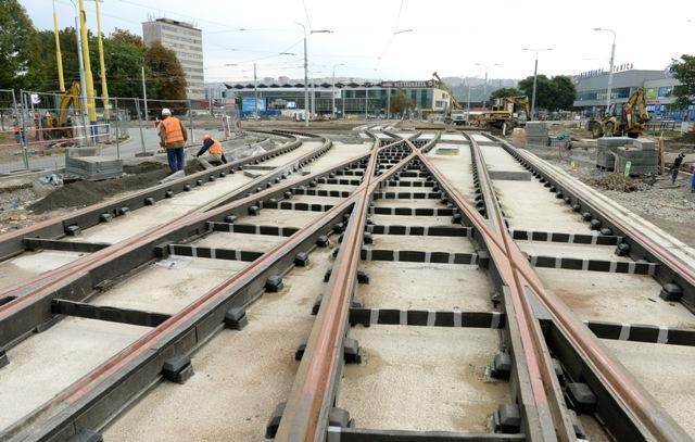 Na snímke dokončovacie práce na rekonštrukcii električkovej trate pri železničnej stanici v Košiciach