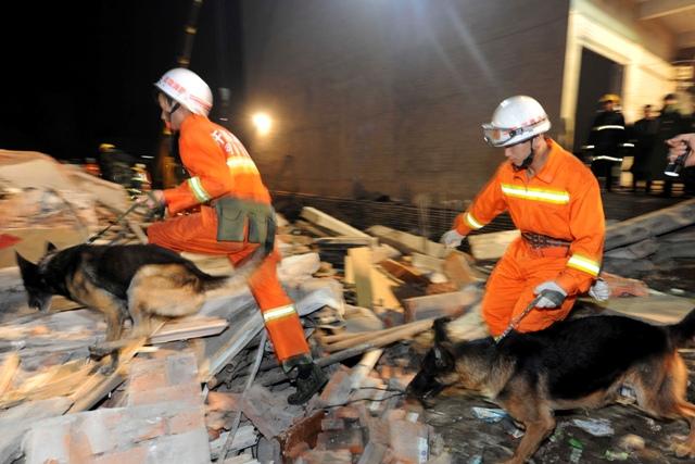 Záchranári prehľadávajú trosky  po páde dvojposchodovej budovy, ktorú renovovali v piatok 30. októbra 2015 v stredočínskej provincii Che-nan