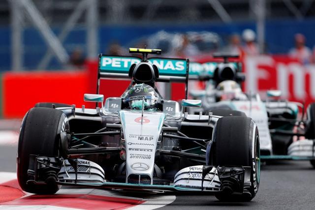 Na snímke nemecký jazdec tímu Mercedes GP Nico Rosberg a jeho tímový kolega Brit Lewis Hamilton (v pozadí)