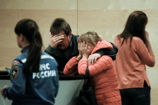 Príbuzní a priatelia obetí havarovaného ruského lietadla v Egypte