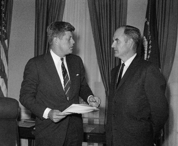 Na archívnej snímke z 24. januára 1961 americký prezident John F. Kennedy (vľavo) a jeho osobitný poradca George McGovern diskutujú v Bielom dome vo Washingtone