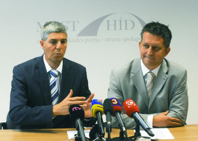 Na snímke predseda strany Most-Híd Béla Bugár (vľavo) a poslanec NR SR Tibor Bastrnák