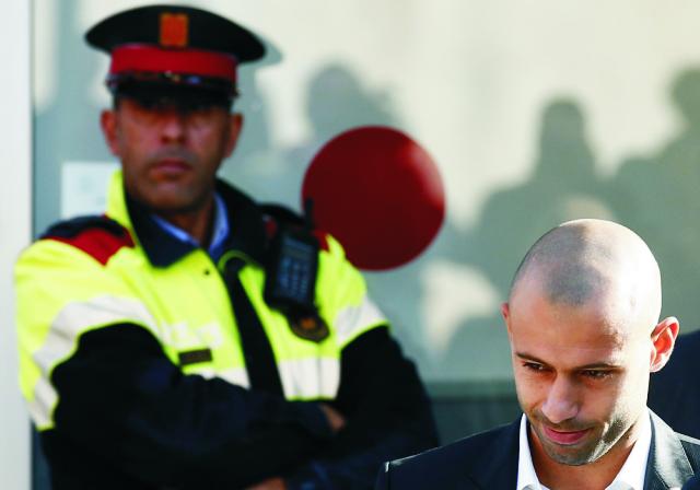 Argentínsky futbalista Javier Mascherano odchádza zo súdu v Gave 29. októbra 2015. Futbalista sa priznal ku kráteniu daní