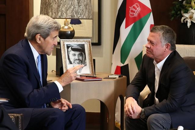 Na snímke vpravo jordánsky kráľ Abdulláh II. a vľavo americký minister zahraničných vecí John Kerry počas rokovania v Ammáne