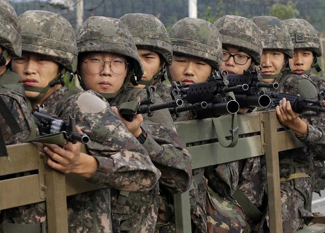 Juhokórejskí vojaci na hranici s KĽDR. Ako aj ich objektívne naučiť dejiny?