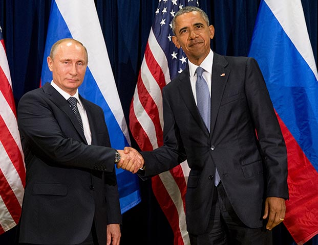 Na snímke americký prezident Barack Obama (vpravo) si podáva ruku so svojím ruským partnerom Vladimirom Putinom. Ilustračné foto