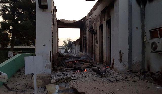 Zhorené zdravotné stredisko organizácie Lekári bez hraníc po explózii v blízkosti ich nemocnice v meste Kundúz.
