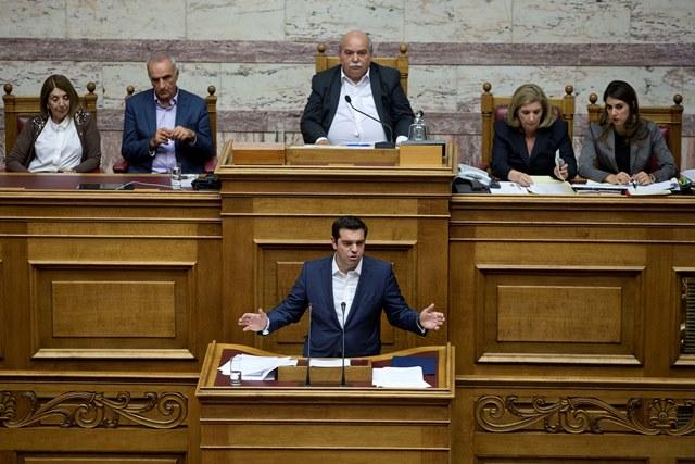 Na snímke grécky premiér Alexis Tsipras reční v parlamente v Aténach