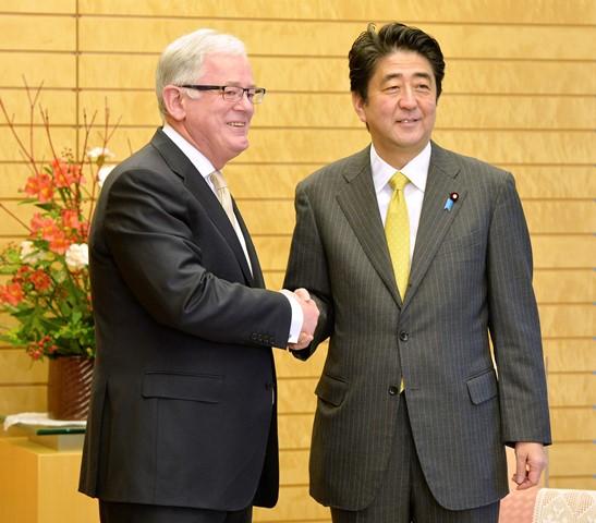 Na snímke austrálsky minister obchodu a investícií Andrew Robb (vľavo) a japonský premiér Šinzó Abe