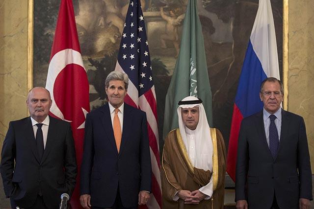 Na snímke ministri zahraničných vecí zľava Turecka Feridun Sinirlioglu, USA John Kerry, Saudskej Arábie Adel al-Džubír a Ruska Sergej Lavrov.
