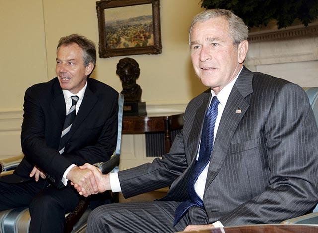Na archívnej snímke americký prezident George W. Bush (vpravo) podáva ruku britskému premiérovi Tonymu Blairovi.