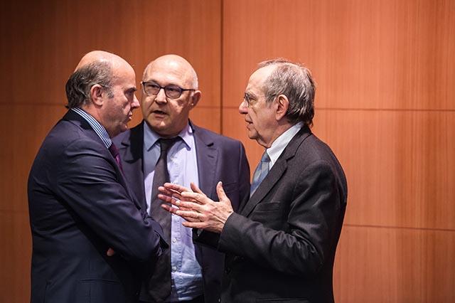 Na snímke francúzsky minister financii Michel Sapin (vstrede), španielsky minister financii Luis de Guindos (vľavo) a taliansky minister financii Pier Carlo Padoan (vpravo) .