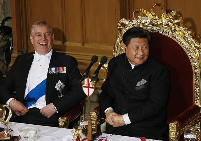 Na snímke čínsky prezident Si Ťin-pching (vpravo) a britský princ Andrew. Ilustračné foto