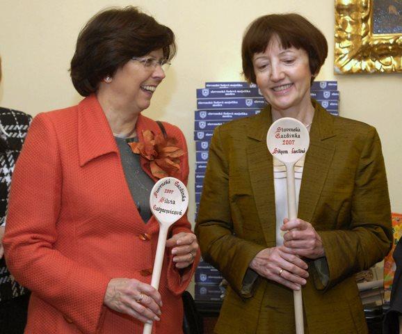 Na snímke z roku  2007 Silvia Gašparovičová  (vľavo) a Erzsébet Sólyomová (vpravo)