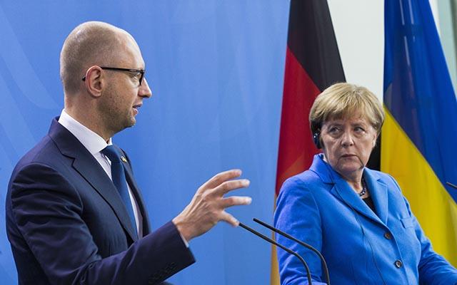 Na snímke nemecká kancelárka Angela Merkelová (vpravo) a ukrajinský premiér Arsenij Jaceňuk