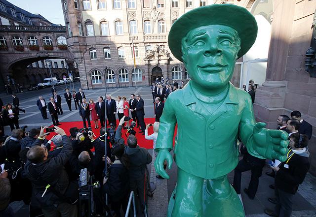 Joachim Gauck, Angela Merkelová, Peter Feldmann a Volker Bouffier socha Muž zjednotenia
