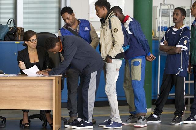 Migranti podpísali na rímskom letisku Ciampino potrebnú dokumentáciu a potom vstúpili na palubu lietadla do Švédska